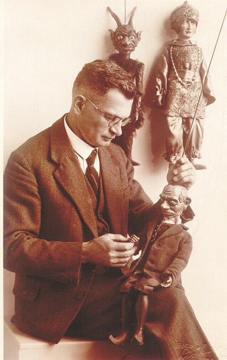 První loutkové představení v Jaroměři, odehrál soubor Sokola pod vedením Rudolfa Boučka 14. ledna 1921 v prostorách nynějšího divadla.