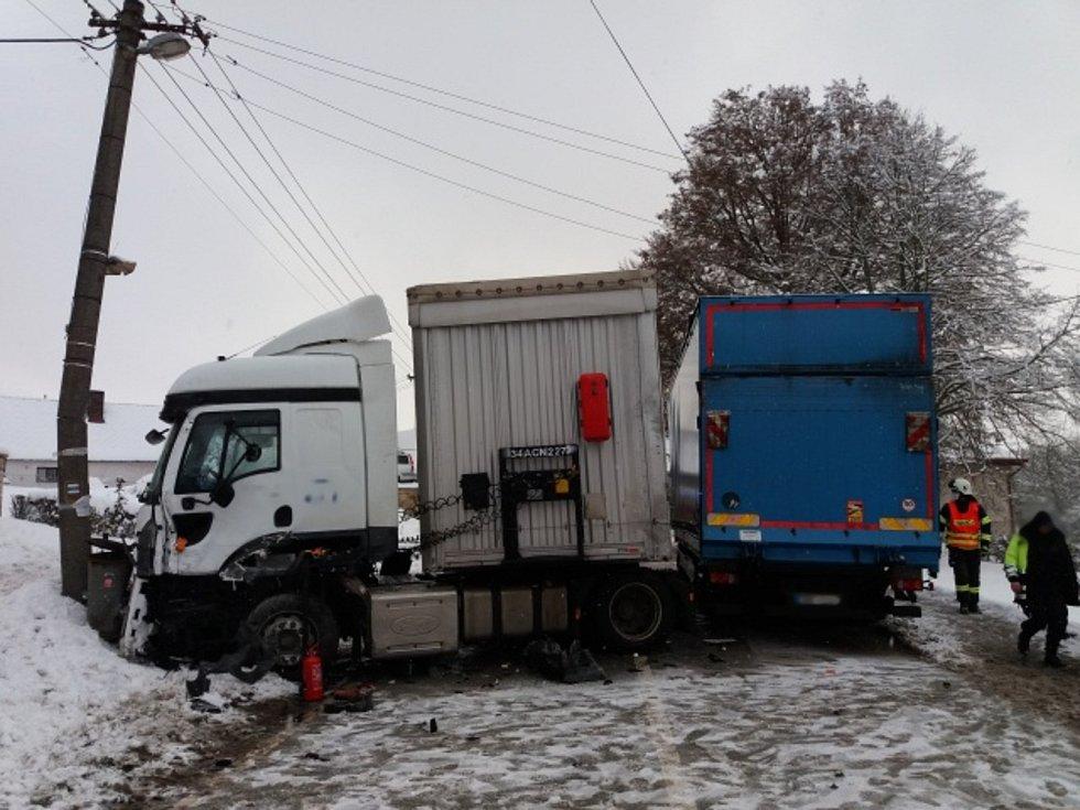 Při nehodě došlo po nárazu jednoho zvozidel do betonového sloupu ke stržení drátů elektrického vedení a obec se ocitla několik hodin bez elektřiny.