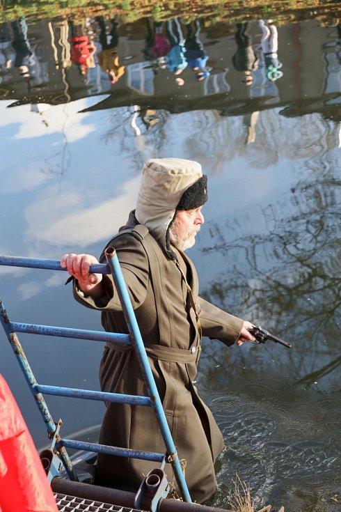 Otužilci se loučili se starým rokem v řece Metuji.