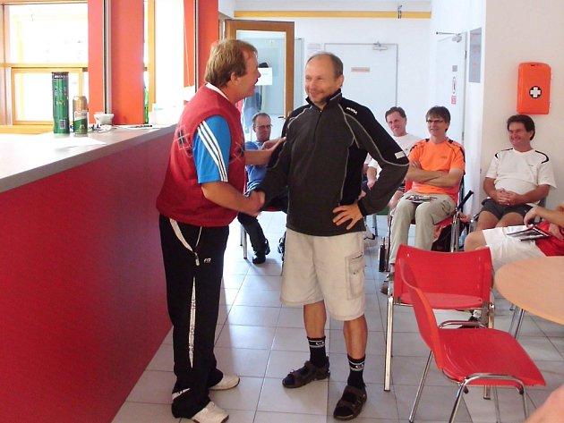 TENISOVÝ turnaj dvojic se stal v teplickém Sportcentru kořistí broumovského Jaroslava Richtera.