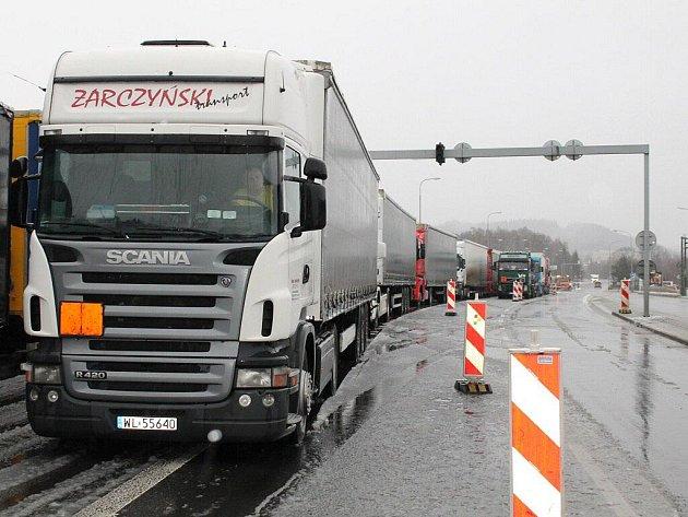 Přestože na Náchodsku a Českoskalicku sníh rychle zmizel a nedělal už v dopoledne žádné problémy v dopravě, policisté na dvě hodiny zastavili nákladní automobily směřující do Polska, kde situaci komplikoval nejen sníh, ale i požár nákladního automobilu.