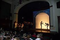 Městské divadlo v Jaroměři bylo svědkem neobyčejného mezinárodního projektu. Děti ze čtyř zemí na jevišti uvedl operu Brundibár Hanse Krásy.