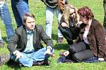 Beseda s ministrem Bursíkem (vlevo) v jaroměřském parku.