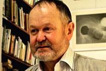 JINDŘICH RŮŽIČKA získal cenu Vladimíra Boudníka . Grafik je zachycen na snímku při zahájení své výstavy v čítárně Městské knihovny v Broumově v roce 2005.