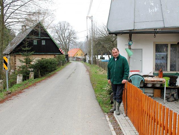 PROTI REKONSTRUKCI cesty Petr Zima nic nemá. Obává se ale, že kolem jeho domu po otevření hraničního přechodu pro automobilovou dopravu výrazně zhoustne provoz.
