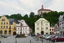 Nedostatek prostoru pro úředníky  se starosta města Jan Birke rozhodl řešit využitím další budovy v centru města. Volba padla na starou radnici (na snímku uprostřed pod zámkem).