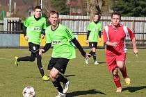 FOTBALISTÉ České Skalice (v zeleném) se na jaře trápí, což potvrdili i v nedělním domácím  zápase s Velichovkami.