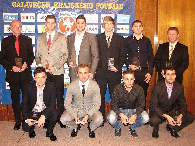 DO NEJLEPŠÍ jedenáctky se dostali hned tři fotbalisté regionu – Jiří Kořínek (spodní řada druhý zprava), Martin Škoda (druhý zprava mezi stojícími) a Jan Švejdar (třetí zleva mezi stojícími).