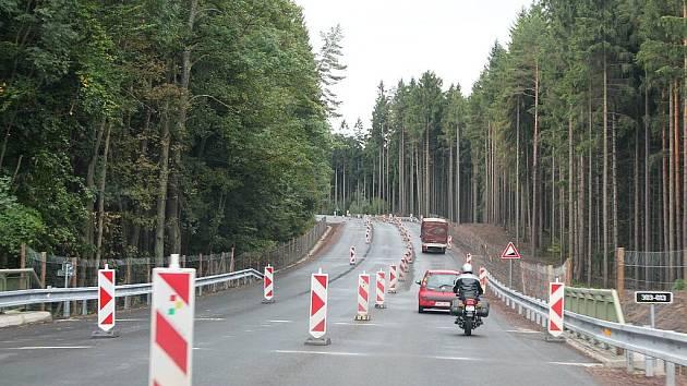 Více než tříkilometrové stoupání v úseku Pasa, kterým řidiči cestují z Náchoda do Broumova, se otevřelo po rozsáhlé rekonstrukci plnému silničnímu provozu.