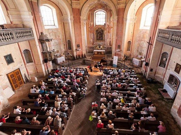 OHLÉDNUTÍ za druhým koncertem festivalu Za poklady Broumovska. Kubelíkovo trio koncertovalo v kostele ve Vižňově.
