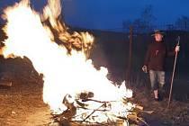 Do ohně na ochranu pastevectví příkládali jen otec a syn.