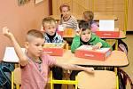 Do školních lavic zasedli také hronovští prvňáčci.