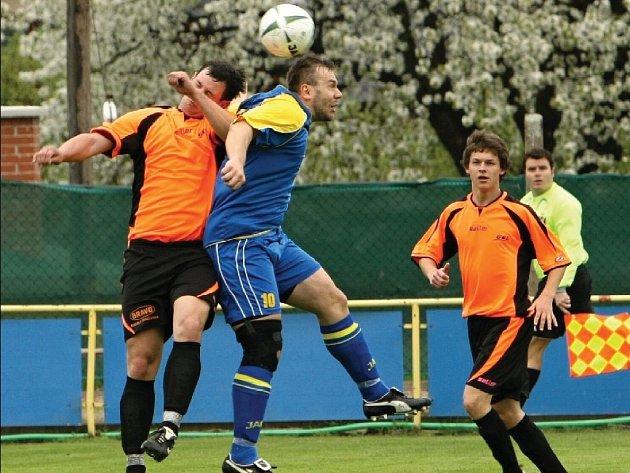 Českoskalický Jan Valeš (v modrém) je podepsán pod druhým gólem, kdy po faulu na něj proměnil Rýdlo penaltu.