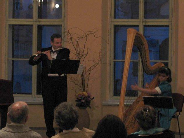 O první koncert v kreslírně se postaral komorní duet Pavla Jahodová – Vondráčková  (harfa) a Vladimír Petr (flétna).