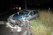 NÁRAZ CITROENU odnesl autobus naštěstí jen rozbitou levou přední částí. Vůz viníka nehody skončil podstatně hůře.