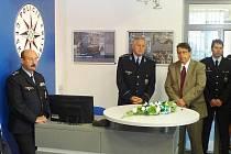 Slavnostního otevření zrekonstruovaného policejního oddělení v Broumově se zúčastnil i Ředitele krajského ředitelství policie brig. gen. Petr Přibyl (druhý zleva) a královéhradecký hejtman Lubomír Franc (v civilu).