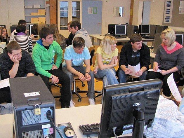 Před odjezdem se všichni účastníci rozdělili do malých skupin a zpracovávali dané téma o našem kraji.