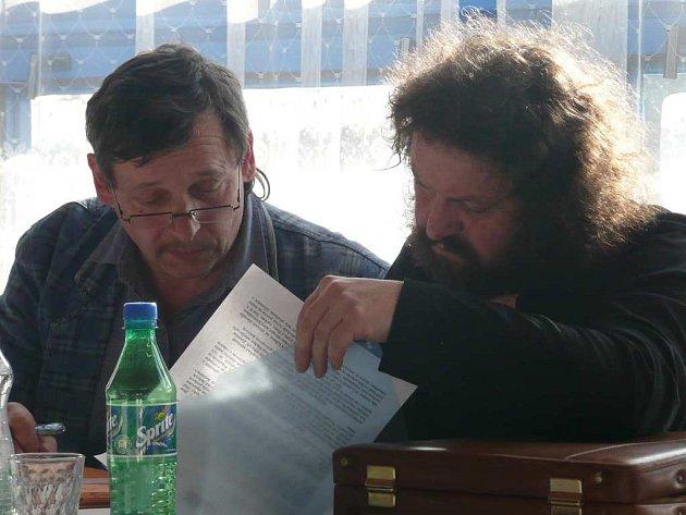 Jaroslav Andres (vpravo), předseda občanského sdružení Za obchvat České Skalice, a člen sdružení Jiří Zvára připravují materiály na druhou valnou hromadu v Eurestu.