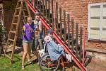 DOBROVOLNÍCI při natírání schodiště. Ochotně pomohou se vším, co je potřeba. Letos jsou na Broumovsku již potřetí.