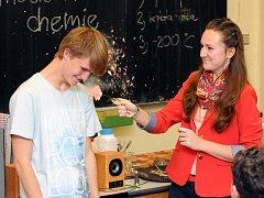 UKÁZKOVÁ HODINA chemie studenty jaroměřského gymnázia opravdu bavila.