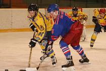 DRUHÉ utkání semifinálové série mezi Náchodem (v modrém) a Novou Pakou vyhráli hokejisté Nové Paky.