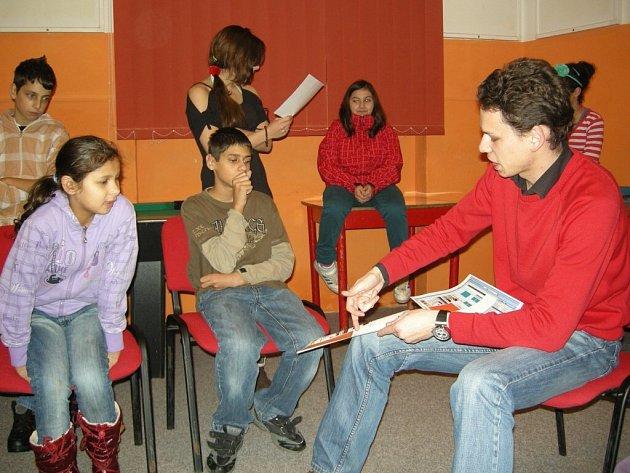BESEDA O NOVINÁCH šéfredaktora Náchodského deníku s klienty Nízkoprahového zařízení pro děti a mládež Archa.