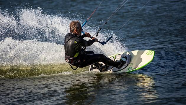 Podzimní vítr vyhnal na přehradu Rozkoš u České Skalice milovníky kiteboardingu. Kteří se v těšch