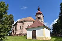 Nově od srpna si zájemci mají možnost prohlédnout i kostel Všech svatých v Heřmánkovicích. Ten prochází rekonstrukcí, která dosud vyšla téměř na 9,8 milionu korun. Jak je vidět na fotografiích rozhodně je na kostele ale ještě co vylepšovat.