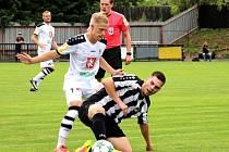 V PRVNÍM kole MOL Cupu vyhrál druholigový Hradec Králové (v bílém) na půdě Červeného Kostelce vysoko 7:1.