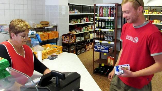 ANNA MILEROVÁ v božanovské prodejně bude obsluhovat zákazníky už jen posledních pár dní.