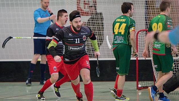 FLORBALISTÉ Náchoda (v černo-červeném) postoupili do semifinále Národní ligy – Východ, kde se střetnou s Opavou.První dvě utkání hrají už o víkendu doma.