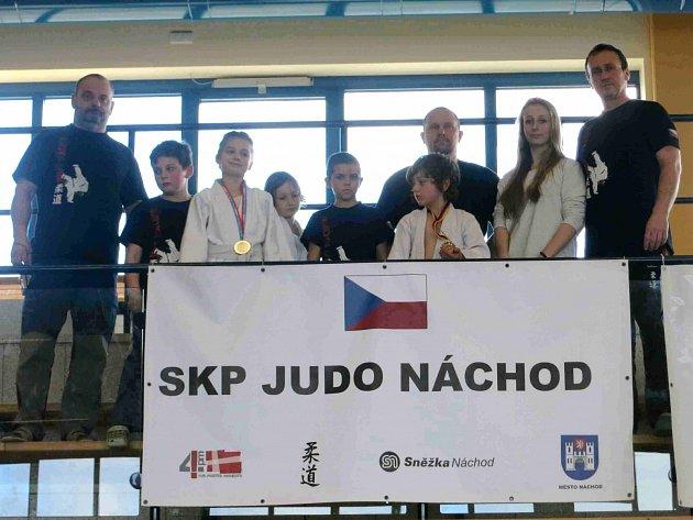 V NĚMECKÉM Sprembergu vybojovali bronzové medaile Maxim Beneš (třetí zprava) a Kevin Hrčíř (třetí zleva). Daleko od cenných kovů ale nezůstali ani další závodníci SKP Judo Náchod.