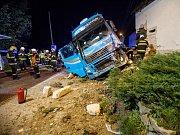 Kamion narazil do baráku, zdemoloval celý roh