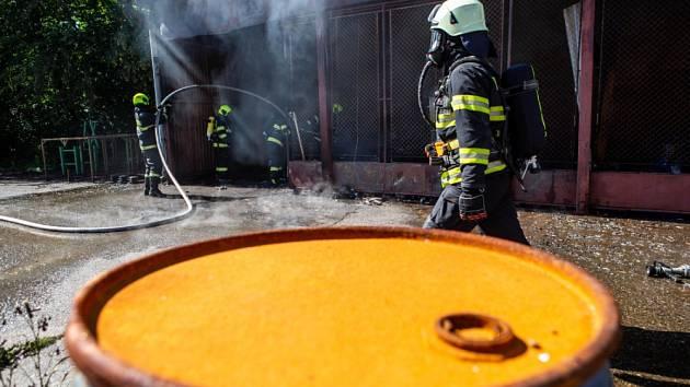 Hasiči ochlazovali halu a hasili hořící přístřešek.