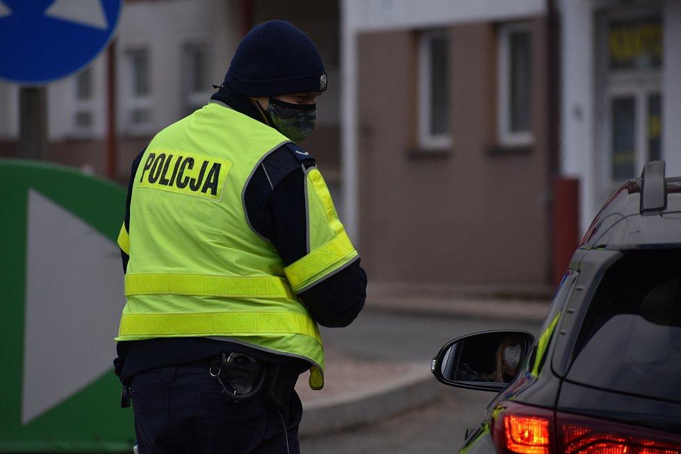 Přechod v Náchodě-Bělovsi hlídala polská hraniční stráž a policie.