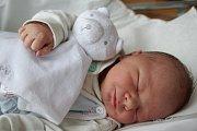 DOMINIK HEROUT z Hajnic poprvé vykoukl na svět 4. dubna 2017 ve 4.57 hodin. Váha ukázala, že má 3425 gramů. Ze svého prvního děťátka se radují rodiče Kristýna Blašková a Dominik Herout.
