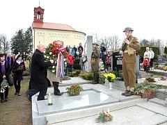 NÁHROBEK s pamětní deskou generála Jana Kratochvíla slavnostně odhalil v neděli odpoledne na červenokosteleckém hřbitově náčelník Generálního štábu Armády České republiky armádní generál Petr Pavel za přítomnosti představitelů města a místního disentu.