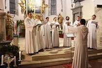 Schola Gregoriana Pragensis v náchodském kostele sv. Vavřince.