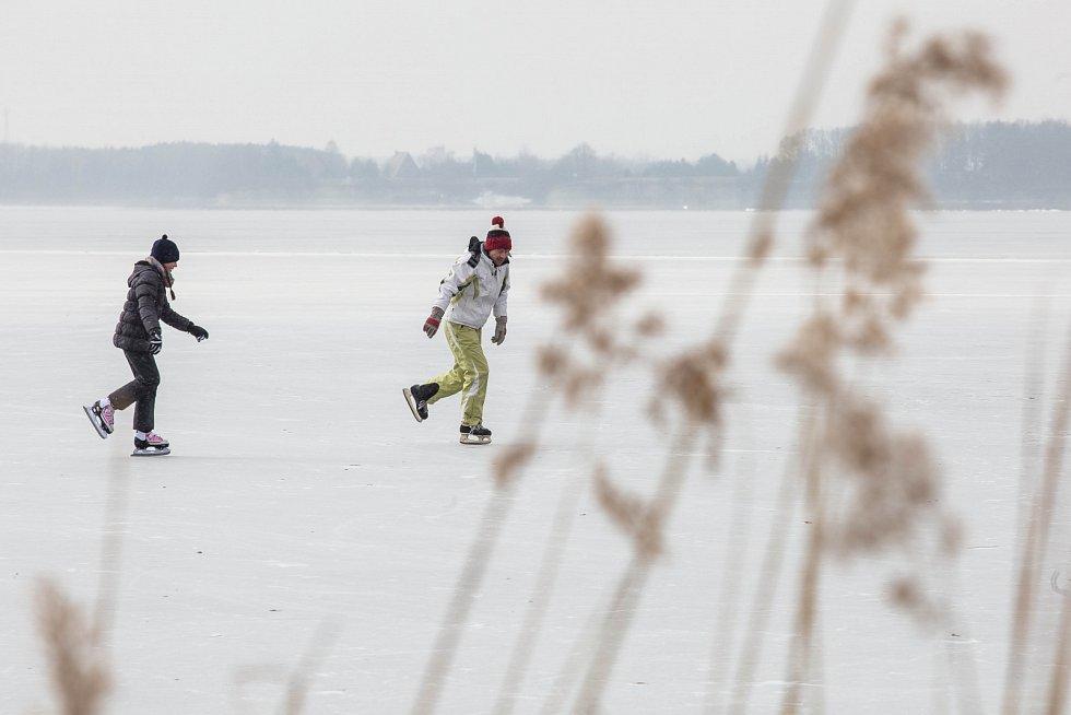 Bruslaři vyrazili za zamrzlé přírodní plochy, jako je například přehrada Rozkoš u České Skalice.