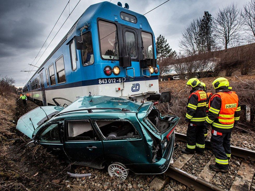 Auto skončilo po smyku na kolejích a narazil do něj vlak.