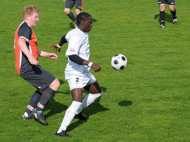 Dvěma góly se podílel na vítězství Police nad Metují v utkání s Přepychami domácí Abou (v bílém).