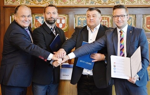PŘEDSTAVITELÉ MĚST Náchod, Hronov, Kudowa Zdrój a Duszniki Zdrój se sešli vobřadní síni náchodské radnice kpodpisu společné deklarace ospolupráci na základě rozhodnutí oposkytnutí dotace dva miliony eur na projekt Aqua Mineralis Glacensis.