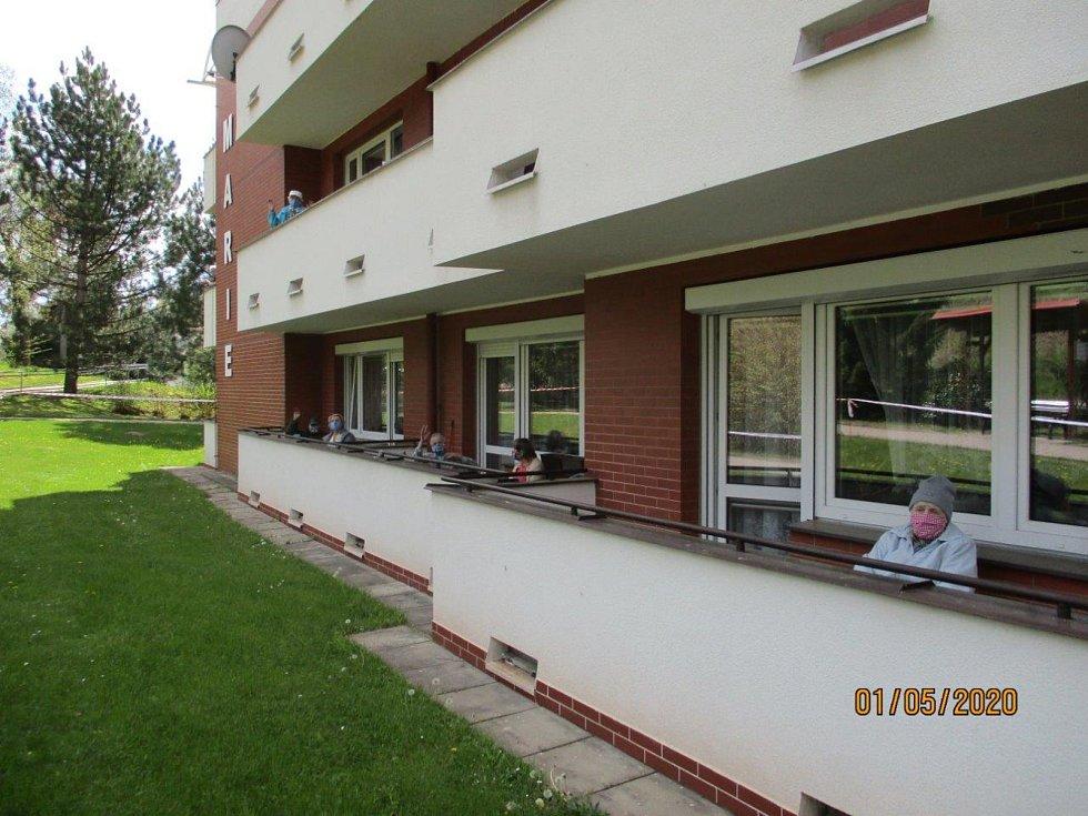Senioři si s chutí zanotovali i v rouškách na balkonech.