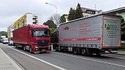 Řidiči kamionů objíždějí hlavní tah, vznikají kolize.