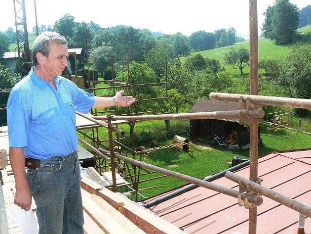 Vítězslav Vítek, starosta obce Suchý Důl, ukazuje na místa, kde vzniknou nové moderní prostory pro suchodolské školáky.