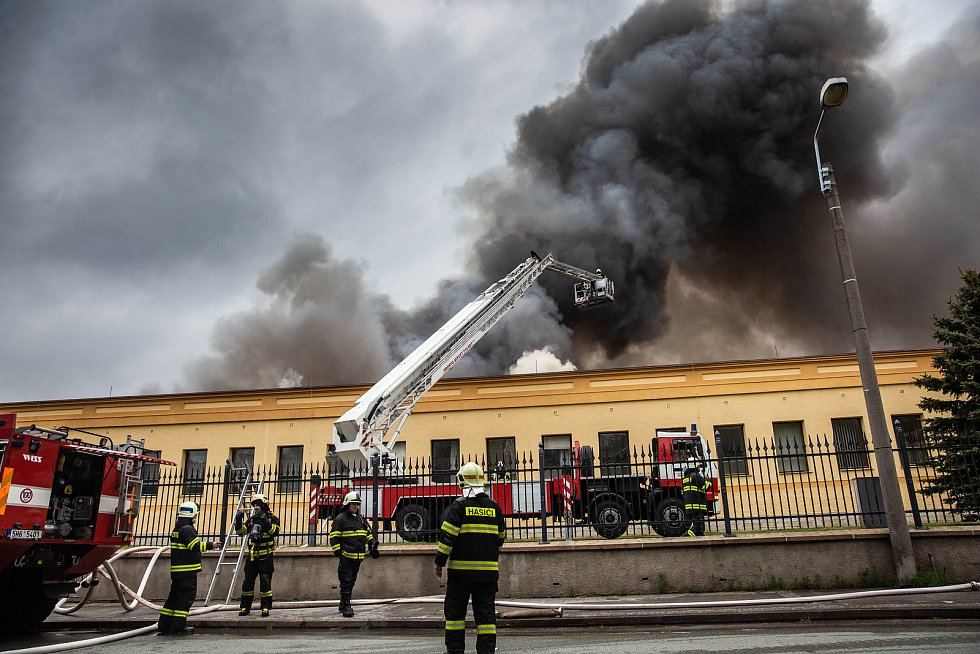 Rozsáhlý požár haly ve firmě Hauk v Polici nad Metují: škoda podle odhadů přesáhne 100 milionů korun.