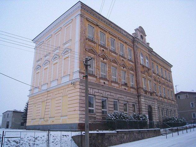 Po 103 letech škola končí. Déle než jedno století  do ní docházelo několik generací Broumováků za základním vzděláním.