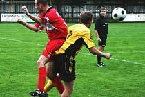Ze čtveřice regionálních týmů, které vstoupili do nové sezony už v sobotním odpoledni, dokázali naplno bodovat jen fotbalisté Červeného Kostelce, kteří zvítězili nad Černilovem 3:1. Třetí gól utkání přitom dal z penalty domácí kapitán Petr Bárta (vlevo).