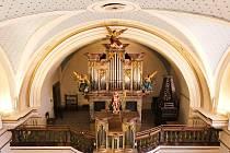 Varhany, dvoumanuálový mechanický zásuvkový nástroj postavil Johann Antonín Barth v roce 1829 z Dolní Olešnice do starších varhanních skříní. Nástroj postupem času chátral a počátkem 21. století byl již v havarijním stavu. Restaurování nástroje bylo ukonč