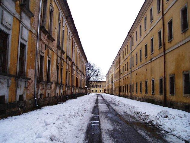 Některé budovy v Josefově chátrají. Část z nich by mohly být využity na věznici.